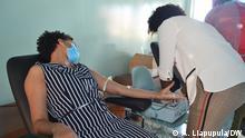 Universitätsmitarbeiterin Vitorina Tchimunco während der Blutspendeaktion in der Provinz Namibe, Angola Copyright: A. Liapupula/DW