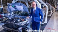 Herbert Diess, VW-Konzernchef, steht am Montageband für die Produktion des Elektroautos ID.3. Das Fahrzeug gehört zur neuen ID-Serie, mit der Volkswagen Milliarden in die E-Mobilität investiert. Für die Fertigung in Zwickau wurde das dortige Werk umgebaut.