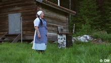Juni 2021, Frau in Bauernkostüm jodelt.
