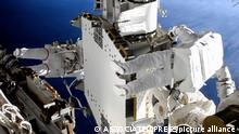 20.6.2021. Weltraum, In this image taken from NASA video, French astronaut Thomas Pesquet, left, and NASA astronaut Shane Kimbrough work outside the International Space Station on Sunday, June 20, 2021. (NASA via AP)