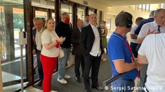 Захар Прилепин (в центре) пытается попасть на съезд КПРФ, 24 июня 2021 года