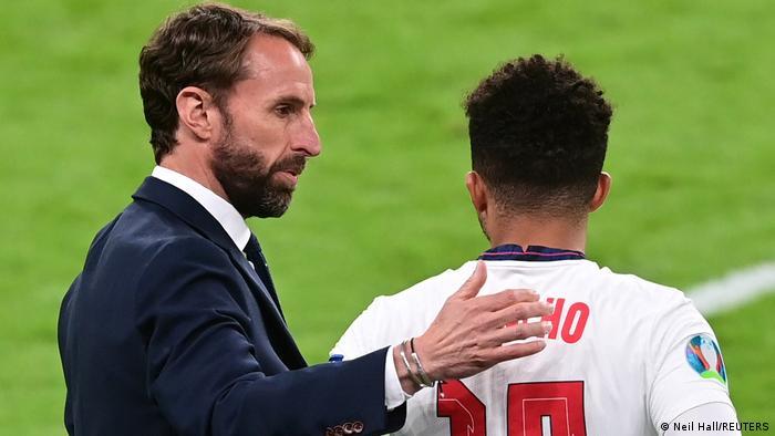 Gareth Southgate spricht mit Jadon Sancho für England bei der Euro 2020