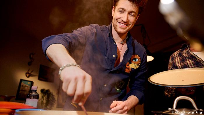Daniel Donskoy cooking.