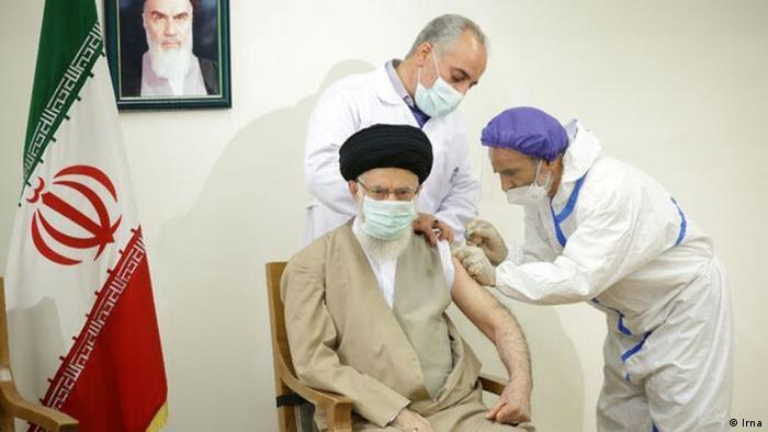 یکی از دلایل اصلی کندی واکسیناسیون در ایران ممنوعیت ورود واکسنهای معتبر جهان به ایران است. علی خامنهای، رهبر جمهوری اسلامی قبلا در اوج شیوع پاندمی کرونا استفاده از واکسنهای آمریکایی و بریتانیایی را ممنوع کرده بود. بعدتر اعلام شد که استفاده از واکسن آسترازنکا، در صورتی که ساخت کشوری غیر از بریتانیا باشد، مجاز است. خامنهای اما اخیرا پس از دریافت واکسن گفت که واکسن خارجی هم ایرادی ندارد.