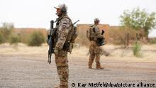 ARCHIV - Bundeswehrsoldaten sichern am 19.12.2016 in Gao, im Norden von Mali, den Flughafen am Feldlager Camp Castor. (zu dpa «Afrika-Konferenz: Regierung feilt an Konzept für Krisenkontinent» vom 28.03.2017) Foto: Kay Nietfeld/dpa +++ dpa-Bildfunk +++