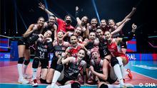 Türkische Volleyballnationalmannschaft der Frauen. A MILLI KADIN VOLEYBOL TAKIMI, ITALYA'NIN RIMINI SEHRINDE DUZENLENEN FIVB MILLETLER LIGI'NDE BRONZ MADALYANIN SAHIBI OLDU. (FOTO: ISTANBUL, DHA)