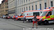 Rettungswagen sind in der Nähe des Tatorts zu sehen. Bei einer Messerattacke in der Würzburger Innenstadt sind am Freitag mehrere Menschen getötet worden. Weitere Personen wurden verletzt, wie die Polizei mitteilte. +++ dpa-Bildfunk +++