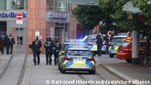 Polizisten laufen in der Innenstadt. Bei einer Messerattacke in der Würzburger Innenstadt sind am Freitag mehrere Menschen getötet worden.