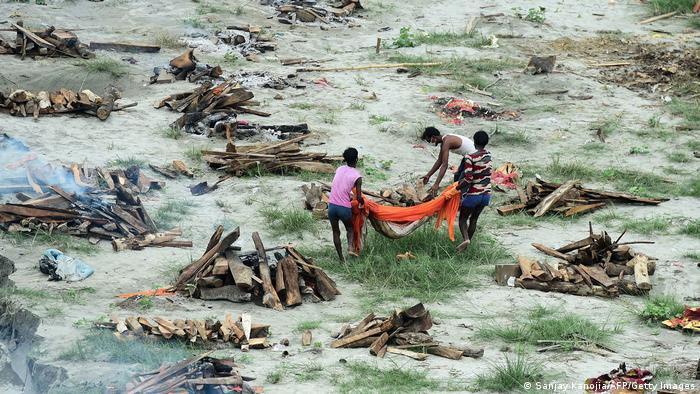 Corpos sendo cremados na Índia