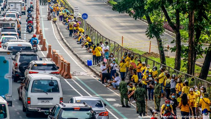 Supporters of Aquino waiting in line to pay their respect to his ashes