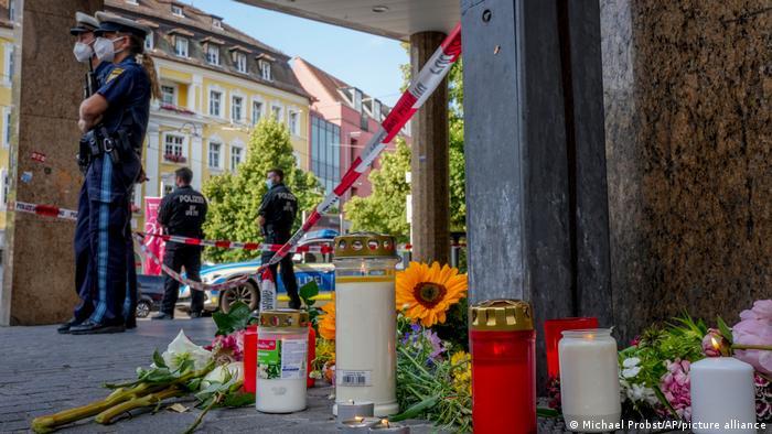 Blumen und Kerzen an einem abgesperrten Bereich