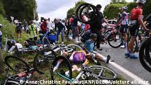 2021-06-26 17:03:41 Ein Fahrer von Alpecin-Fenix und dem Franzosen Bryan Coquard von BB Hotels P/B KTM im Bild nach einem Sturz während der ersten Etappe der 108. Die diesjährige Tour de France findet vom 26. Juni bis 18. Juli 2021 statt.BELGA FOTOPOOL ANNE-CHRISTINE POUJOULAT