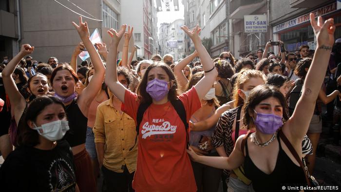 Demonstrierende Jugendliche und junge Erwachsene bei der Istanbul-Pride-Parade im Juni 2021