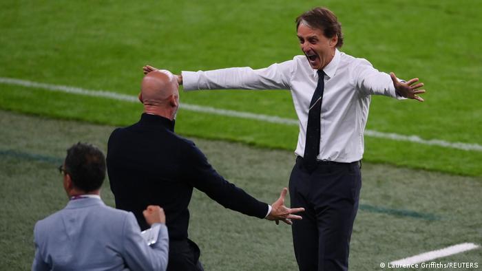 L'allenatore dell'Italia Roberto Mancini festeggia con il capo squadra Gianluca Violin