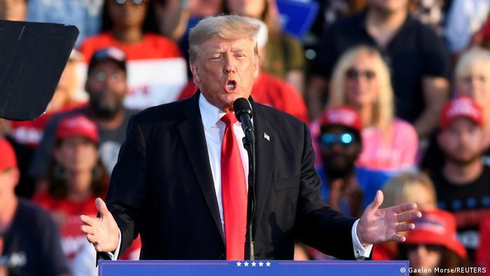 Donald Trump an einem Mikrofon