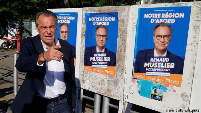 Renaud Muselier steht neben seinen Wahlplakaten