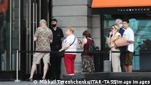 MOSCOW, RUSSIA JUNE 27, 2021: People queue at a COVID-19 vaccination site at the TsUM Department Store in central Moscow. Since the start of the pandemic, Moscow has confirmed more than 1,338,000 cases of COVID-19. Since 10 June, the number of new confirmed cases has been increasing in the Russian capital by more than 5,000 daily. Mikhail Tereshchenko/TASS PUBLICATIONxINxGERxAUTxONLY TS10673F