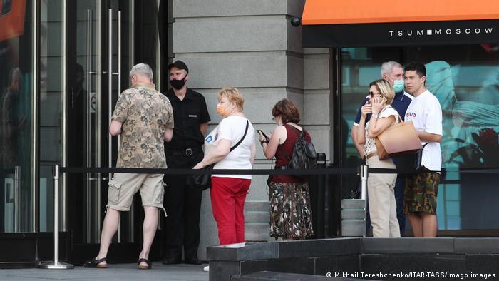 Russland Moskau | Coronakrise: Menschenschlange zum Impfen