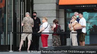 Очередь перед одним из центров вакцинации в Москве