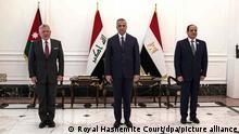 Mustafa al-Kadhimi (M), Ministerpräsident des Irak, empfängt König Abdullah II. von Jordanien (l) und Abdel Fattah al-Sisi, Präsident von Ägypten, vor einem irakisch-ägyptisch-jordanischen Dreiergipfel. +++ dpa-Bildfunk +++