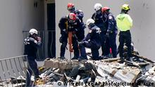 27.06.2021 Crews work in the rubble at the Champlain Towers South Condo, Sunday, June 27, 2021, in Surfside, Fla. One hundred fifty-nine people were still unaccounted for two days after Thursday's collapse. (AP Photo/Wilfredo Lee)