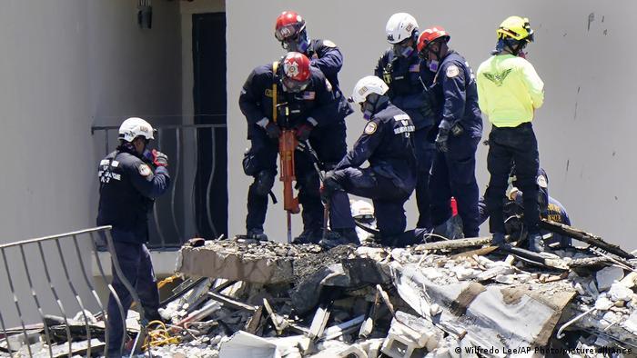 Escombros del edificio derrumbado en Florida.