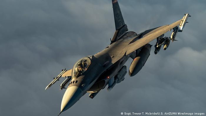 ABD Hava Kuvvetleri'ne ait bir F-16 savaş uçağı