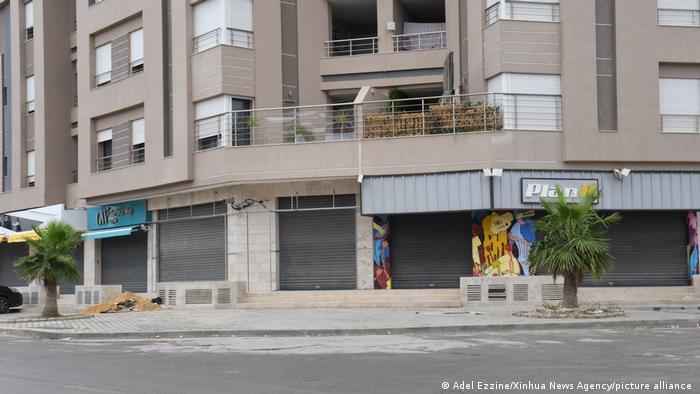 در سراسر تونس از اکتبر سال ۲۰۲۰ رفت و آمد شبانه ممنوع شده است. دولت این کشور بر حسب شاخص ابتلا به کرونا دستور تعطیلی مغازهها را صادر میکند، مثل اینجا در شهر مانوبه در شمال شرقی تونس. شاخص ابتلا در باجه، سلیانه، زغوان و قیروان بالاتر از سایر شهرهاست.