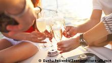 Happy friends with glasses of champagne on yacht. Vacation, travel, sea and friendship concept. Closeup. || Modellfreigabe vorhanden