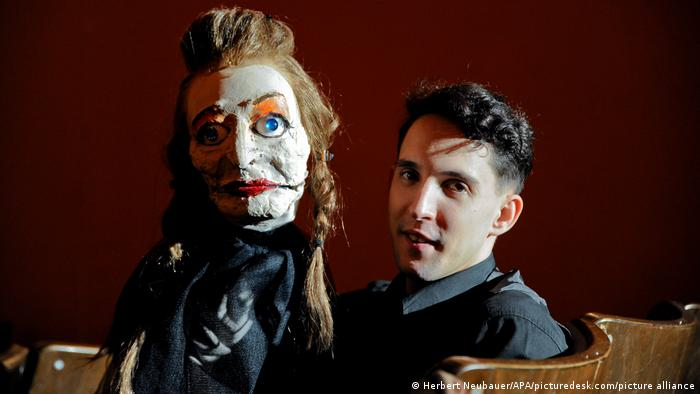 Pictue of Nikolaus Habjan with a puppet