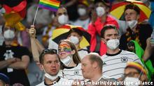 Fußball: EM, Deutschland - Ungarn, Vorrunde, Gruppe F, 3. Spieltag in der EM-Arena München. Deutsche Fans feiern vor dem Spiel. +++ dpa-Bildfunk +++