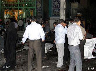 عکس مربوط به بمبگذاری در مسجدی در زاهدان است