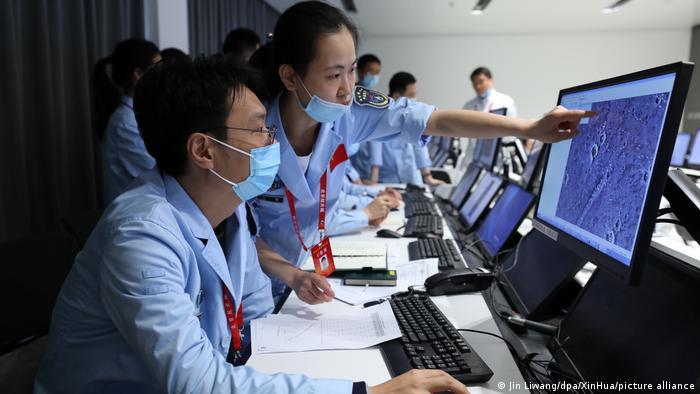 Personal técnico trabaja en el Centro de Control Espacial de Pekín.