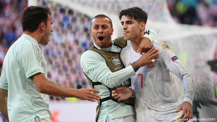 Álvaro Morata (izquierda) recibe un calentamiento de Diego (centro) tras su gol en la prórroga