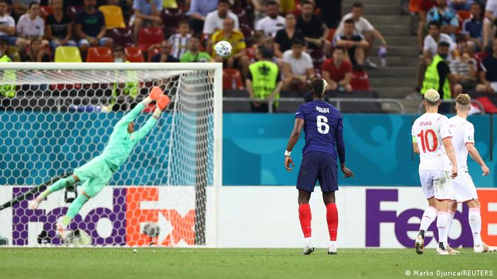 در دقیقه ۷۵ بازی پل پوگبا (شماره ۶) با شوتی تماشایی توپ را درون دروازه سوئیس کاشت و فرانسه را ۳ بر یک جلو انداخت.