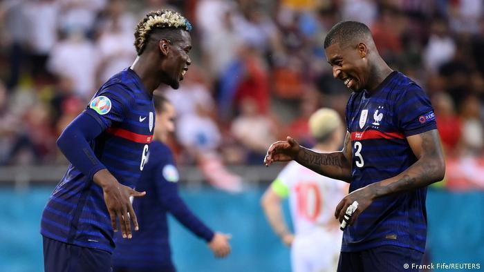 شادی پوگبا (چپ) و پرسنی کیمپبه از به ثمر رسیدن گل سوم فرانسه مقابل سوئیس.