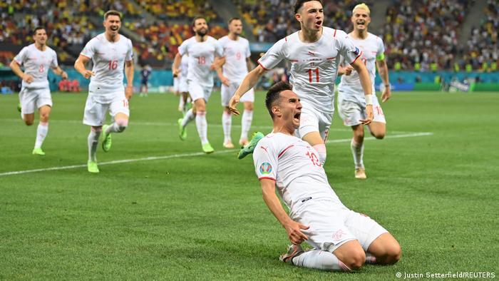 گاورانویچ و شادی بیکران او ملیپوشان سوئیس از به ثمر رسیدن گل تساوی ۳ بر ۳ مقابل فرانسه.