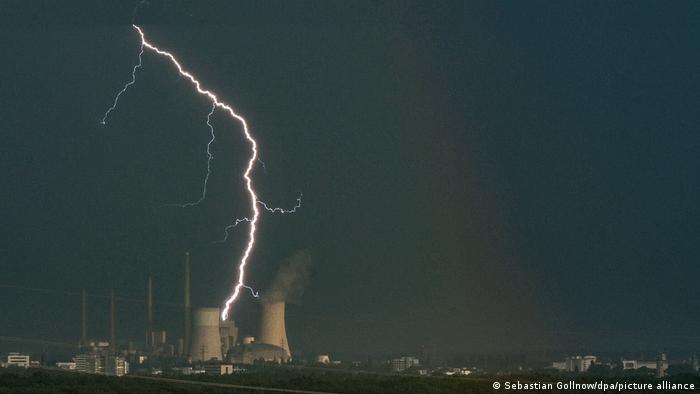 Grmljavina i oluja: zbog nevremena, stotine jedinica hitne službe bilo je angažovano širom Nemačke. Grom je udario neposredno pored termoelektrane Štaudinger u Hanauu.