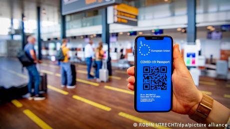 Pasaporte digital de vacunación de la UE en un móvil.