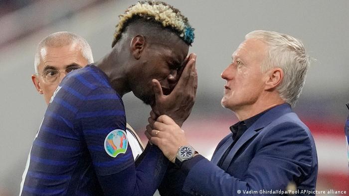 تصویری دیدنی از دیدیه دشان، سرمربی تیم ملی فرانسه که پس از شکست تیمش مقابل سوئیس میکوشد پل پوگبا، یکی از ستارگان خود را دلداری و تسکین دهد.