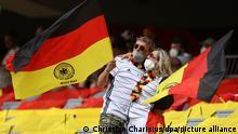 Fußball: EM, Portugal - Deutschland, Vorrunde, Gruppe F, 2. Spieltag in der EM-Arena München. Deutsche Fans schwenken Fahnen vor dem Spiel. +++ dpa-Bildfunk +++
