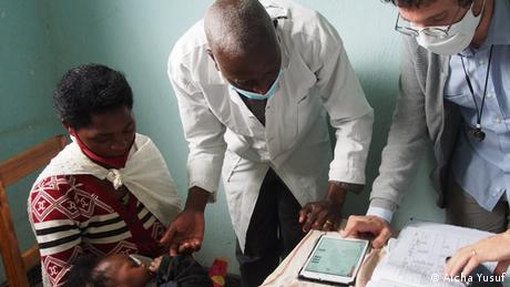 A woman and her child in a medical consultation in Africa, using the ePOCT+ machine learning tool