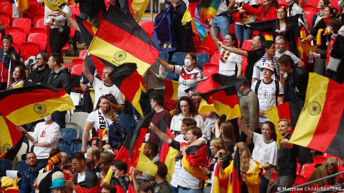 هواداران تیم ملی فوتبال آلمان نیز بخشهایی از ورزشگاه ومبلی را به خود اختصاص داده بودند.