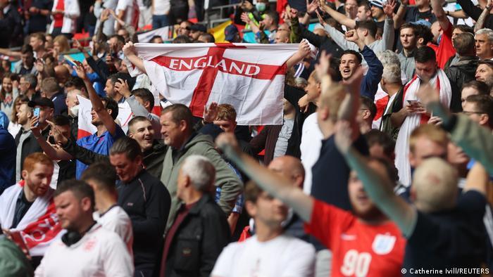 بهرغم گسترش گونه دلتای کرونا در انگلیس اجازه داده شده بود ۴۵ هزار تماشاگر در ورزشگاه ومبلی حضور یابند. اکثر تماشاگران حاضر در استادیوم از هواداران تیم ملی فوتبال انگلیس بودند.