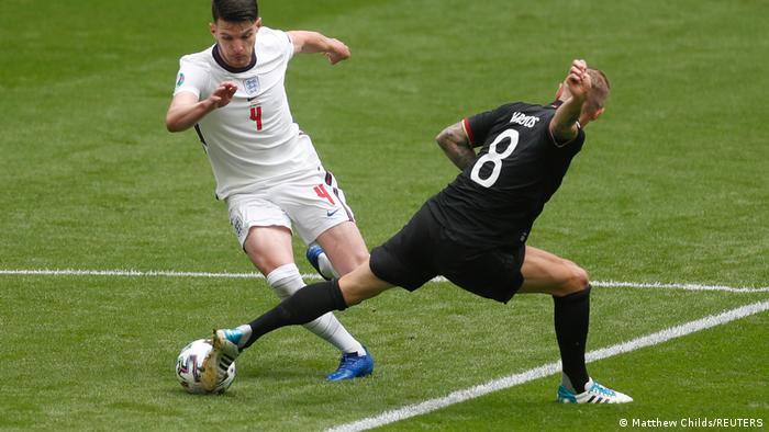 در یک ربع شروع بازی، آلمان مالکیت توپ را در اختیار داشت. سفیدپوشان انگلیس اما آرام آرام فشارهای خود بر آلمان را افزایش دادند و یک بار خطرآفرین شدند.
