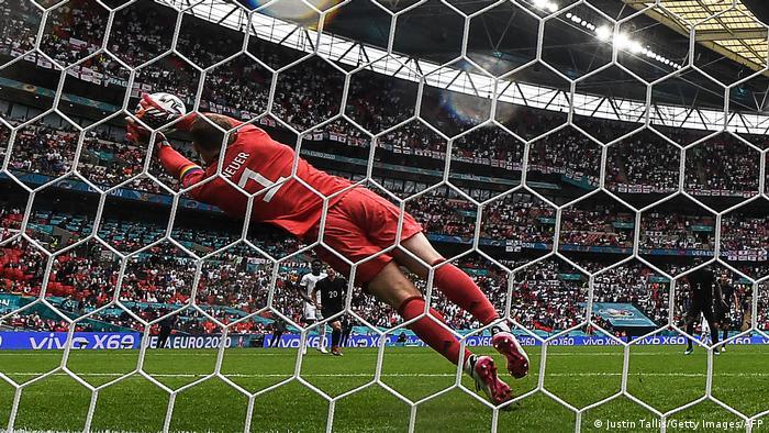 استرلینگ، ستاره انگلیس در دقیقه ۱۶ بازی شوتی از فاصله ۲۲ متری روانه دروازه آلمان کرد، اما مانوئل نویر، دروازهبان باتجربه آلمان با واکنشی عالی این ضربه را دفع کرد.