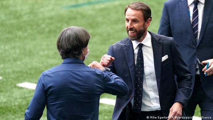 خوشامدگویی گرت ساوتگیت (چپ)، سرمربی تیم ملی فوتبال انگلیس و یوآخیم لوو، سرمربی آلمان.
