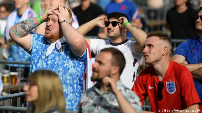 Admiratori ai sportului rege punându-şi mâinile în cap, eşarfe la gât ori ochelarii la ochi, dar nu şi masca peste gură şi nas, spre nemulţumirea multor experţi în medicină. Imagine surprinsă marţi în timpul meciului Anglia - Germania