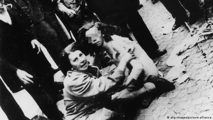 Єврейки під час цькування і побиття юрбою на вулицях Львова