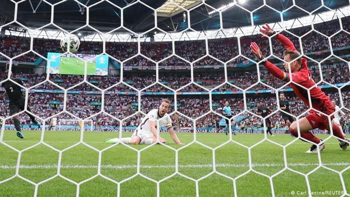 تلاشهای آلمان برای به ثمر رساندن گل تساوی ادامه داشت که انگلیس توانست ضربه دوم را به حریف وارد کند. هری کین، کاپیتان انگلیس ۴ دقیقه مانده به پایان بازی برای بار دوم دروازه آلمان را باز کرد.